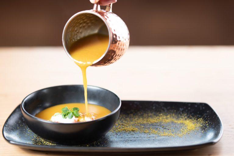 Bučna kremna juha z kostanjevim žličnikom in redkvico