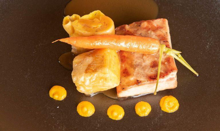 Počasi kuhana odojkova potrebušina, korenčkov štrukelj, glazirano mlado korenje, telečji demi glace
