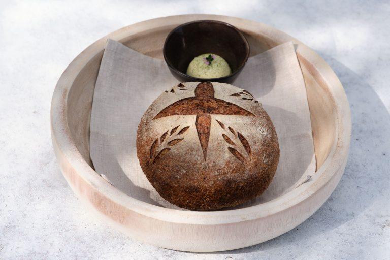 Hiša Franko, laneni kruh z drožmi, kislo maslo z luštrekom